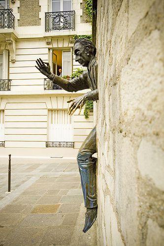Paris Montmartre Le Passe-Muraille, D'apres l'oeuvre de Marcel Aymé, sculpture de Jean Marais. Inauguree le 25 Septembre 1989