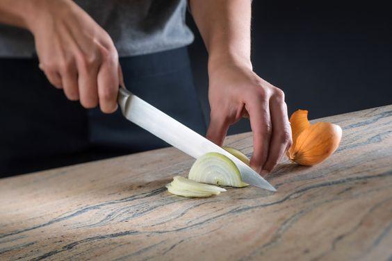 Küchenarbeitsplatten aus Naturstein von Strasser Steine sind in der Küche unschlagbar. Zum Beispiel weil Sie schnittfest sind...