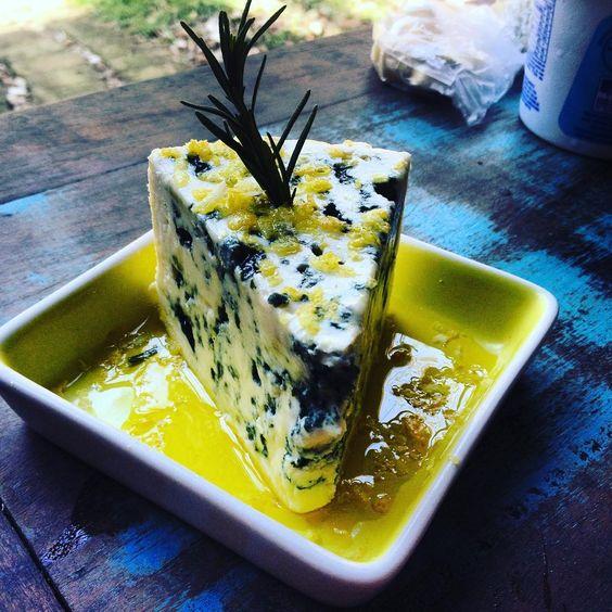 Gorgonzola dolce con profumo di rosmarino , limone di Sicilia e olio d'oliva um dos amuse bouche do almoço que o #chefnascimento fez hoje na #vinhoearte .