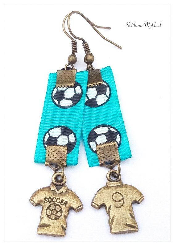 Boucles d'oreilles Foot, Ballon de foot, I love foot, J'aime foot. Soccer . montées sur des supports a crochets : Boucles d'oreille par perles-et-couronnes
