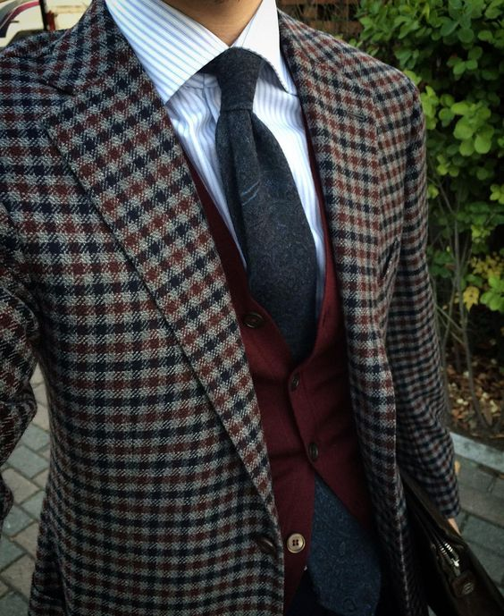 Excellent combination between this Cesare Attolini cashmere checked jacket, the woolen Memento Mori tie, the Barba Napoli preppy stripped shit and the red Zanone knit. By @kyong_jj