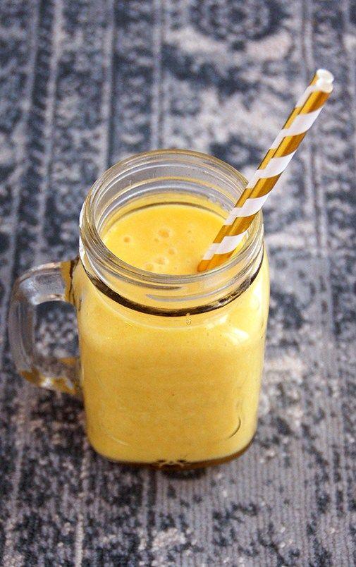 zomerse smoothie met mango banaan en ananas