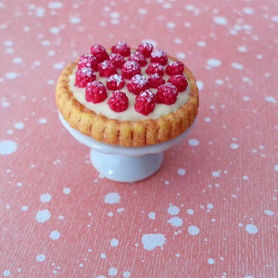 Mini pâtisserie - Tarte aux framboises Mini pastry - Raspberry tart #handmade #fimo #polymerclay #polymerclayfood #miniaturefood #miniaturesweet