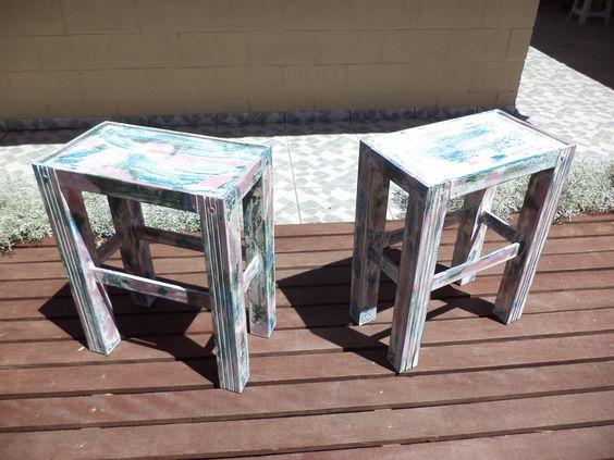 mesas de cabeceira em mdf, pátina imitando madeira de demolição.