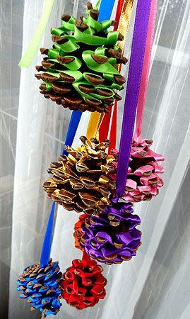 Pommes de pin et rubans de noel jolies suspension de noel gastronomie rece - Pinterest francais bricolage ...
