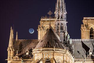 Notre Dame de Paris et la Lune depuis l'Île Saint Louis / 75004   Flickr - Photo Sharing!