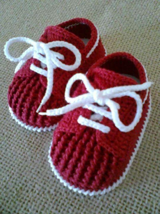 Tênis para bebê em crochê com cadarço::