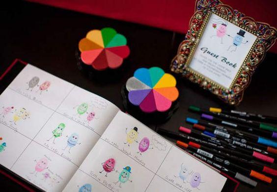 Dessinez votre empreinteÀ mi-chemin entre l'arbre à empreintes et le livre d'or, ce recueil permet aux invités de se dessiner en apposant leur empreinte et en utilisant les crayons à disposition. Aux mariés de retrouver chaque invité ou chacun peut aussi signer.