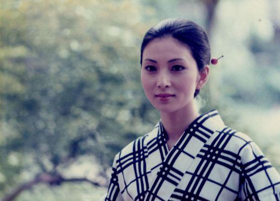白黒の格子柄の着物を着たかんざしをつけている梶芽衣子の画像
