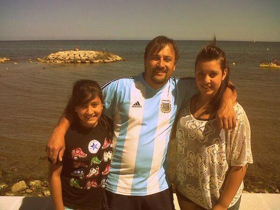Con el papi y le hermana.