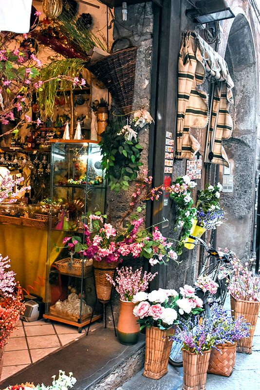 Naples What Not To Do And How To Avoid Dead Pigeons And Thieves Through Julia S Lens Naples Italy Shopping In Italy Naples