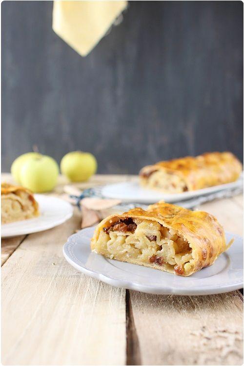 Le strudel aux pommes ou Apfelstrudel est un dessert autrichien à base de pommes et de cannelle. C'est un peu comme une tarte roulée si vous préférez. C'es