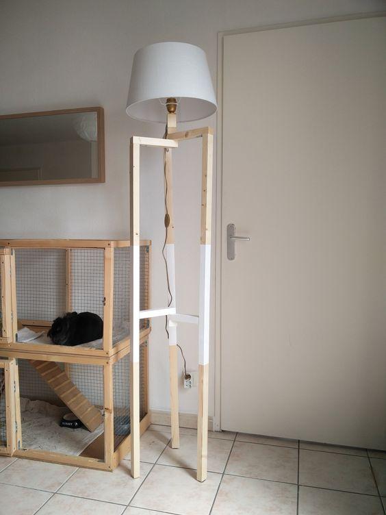 Lampadaire DIY à 3 pieds réalisé avec quelques tasseaux, un abat jour, de la peinture et le matériel électrique.