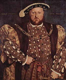 Enrique VIII. Rey de Inglaterra y señor de Irlanda. Fue el segundo monarca de la casa Tudor, heredero de su padre, Enrique VII. Se casó seis veces y ejerció el poder más absoluto entre todos los monarcas ingleses. Entre los hechos más notables de su reinado se incluyen la ruptura con la Iglesia católica romana y el establecimiento del monarca como jefe supremo de la Iglesia anglicana, la disolución de los monasterios y la unión de Inglaterra con Gales