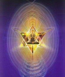 Crea tu propio Merkabah. Rodea el cuerpo con una nave estelar cristalina geométrica según tu vibración. Puedes superponer dos pirámides, una con el vértice hacia arriba y otra apuntando hacia abajo, formando una estrella, como en la foto. Cuando sientas que esa merkabah cristalina que te contiene, se siente como algo sólido rodeándote, comienza a circular colores hermosos a través de ella. Luego agrega con tu imaginación sonidos amables y fluidos. Ya estás listo para viajar. Hazlo en paz!