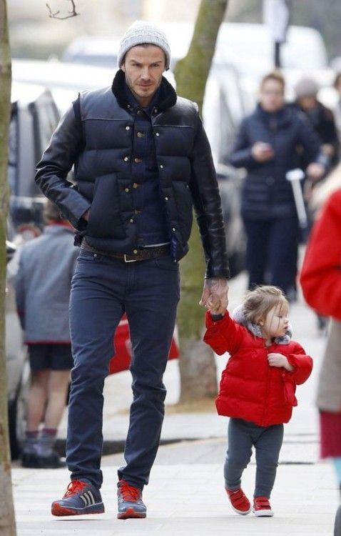 Pasando una mañana tranquila, David Beckham fue visto caminar junto a su hija Harper en Londres.