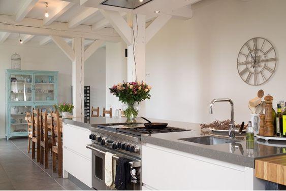 Landelijk kookeiland met fornuis wolf in landelijke keuken in ...