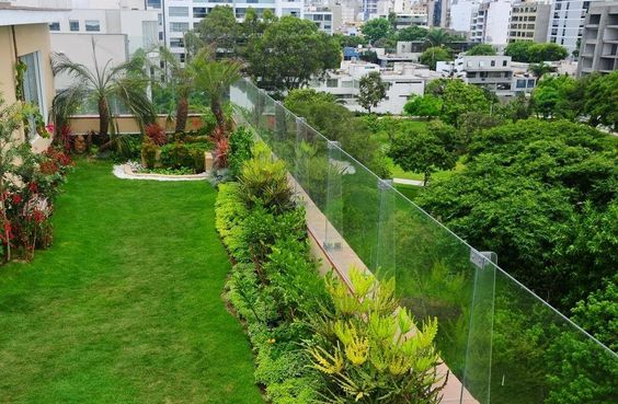 Otro interesante ejemplo de una terraza verde en pleno centro urbano, rodeada de edificios, y también de vegetación. Así compensa la contaminación que hay en las ciudades produciendo oxígeno.