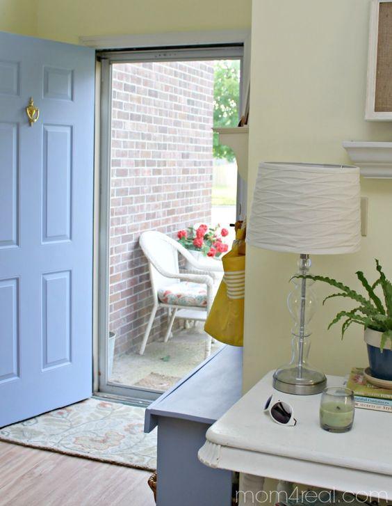 Adorei a parede exterior forrada a tijolinho!  Blue-Painted-Door