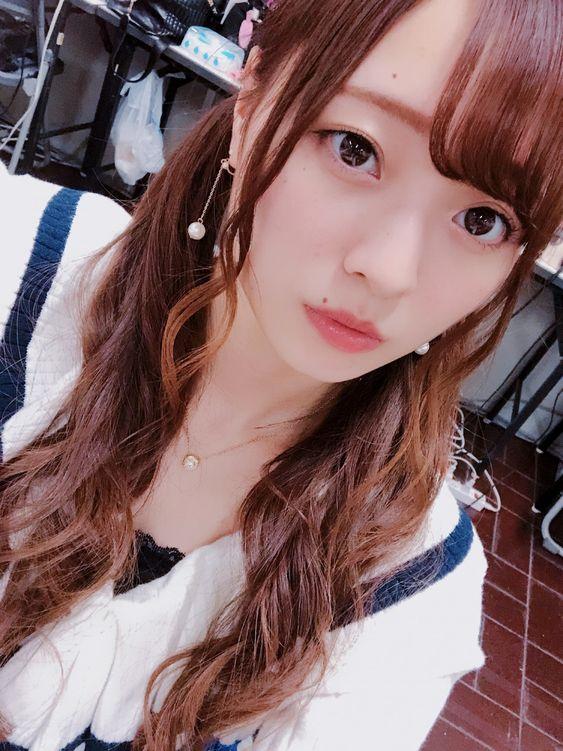 白いトップスを着た巻き髪ツインテールの梅澤美波の画像