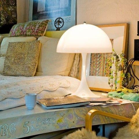 Die Panthella Tischleuchte von Louis Poulsen hier im Schlafzimmer eingesetzt. Erhältlich ist diese Tischleuchte von Verner Panton im Verner Panton Online Shop von TAGWERC: http://verner-panton.tagwerc.de/products/louis-poulsen-panthella-tischleuchte-table-lamp.html