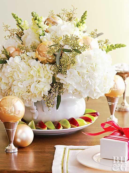 25 Simple Christmas Centerpieces Christmas Centerpieces Christmas Flower Arrangements Christmas Floral Arrangements