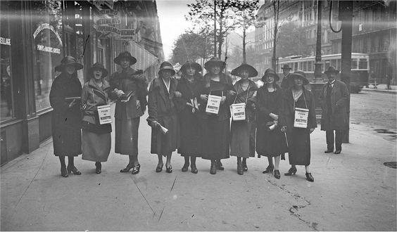 Des couturières manifestant dans les rues de Paris pendant la grève des midinettes, en avril 1923.  (photo Agence Rol)