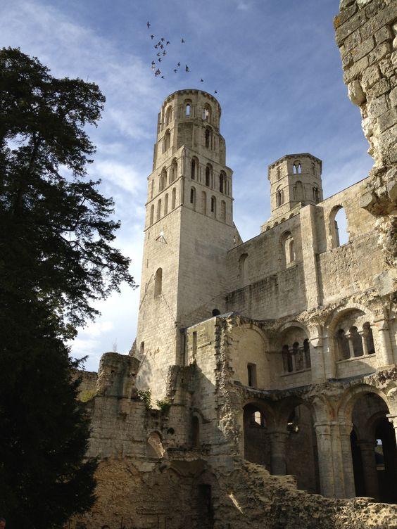 En esta abadía de Jumieges, destruida por la Revolución Francesa, vivieron su amor el rey Carlos VIII de Francia y su amante Agnès Sorel. Ella pidió que, a su muerte, su corazón fuese enterrado aquí.