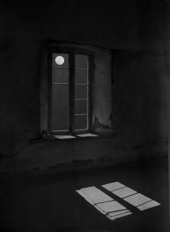 Me encuentro encerrado en esta habitación, donde se ocultan mis temores. Mi soledad esta abrumándome, el silencio esta aficciandome lentamente, pero sin embargo no me siento abandonada, ese pequeño punto blanco en el cielo me esta haciendo compañía. Dejo ir mi cuerpo lentamente mientras avanza a la luz.
