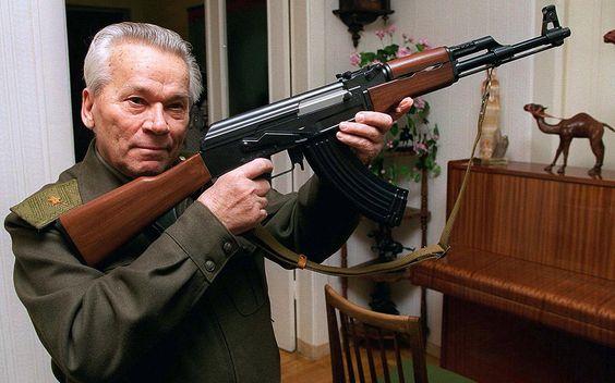 Mikhail Kalashnikov / foto RIA Novosti/Vladimir Vyatkin / O rifle automático kalashnikov, foi adotado em 1949, com o nome de AK 47. Segundo cálculos aproximados, existem no mundo, nas diversas versões, de 70 a 105 milhões de unidades. Ele é utilizado pelo exército de 106 países.