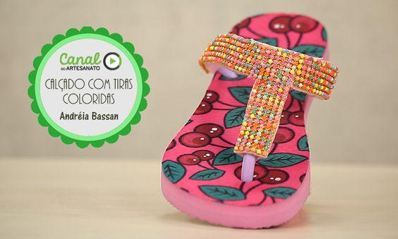 Calçado com tiras coloridas - Andréia Bassan