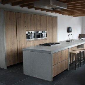 Keukenblad van beton is mooi, maar dan wel superstrak en donkerder. Verder weten we ook niet of dit wel praktisch is (trekt vet/vuil en/of schoonmaakmiddel erin?). Hout moet wel donkerder.