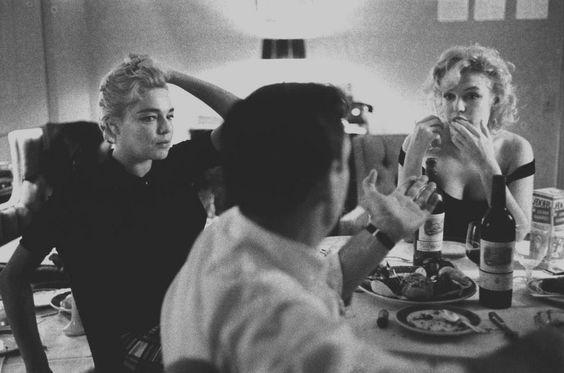 Image - 1960 / by Bruce DAVIDSON (Marilyn, Arthur MILLER, Yves MONTAND and Simone SIGNORET, Beverly-Hills Hotel). / Yves MONTAND et Simone SIGNORET logeaient au bungalow n° 22 du Beverly Hills Hotel ; celui de Marilyn et MILLER était le n° 21. Après les tensions de l'année passée, Marilyn et Arthur semblaient avoir conclu une trêve ; ils espéraient que « The misfits » (véritable gage d'amour de la part de MILLER) allait rétablir l'harmonie dans leur vie conjugale. MILLER connaissait MONTAND…