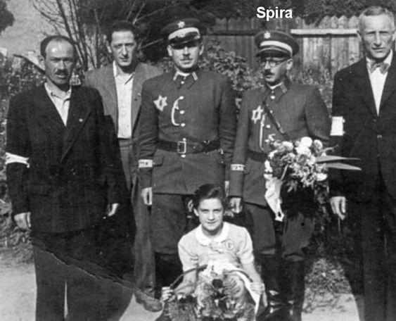 Jüdischer Ordnungsdienst (policja żydowska) z getta krakowskiego – to oni wieszali Polaków w egzekucji 26.06.1942 (zdjęcie z egzekucji 2.07.1942. obok ...w grupie żydowskiej policji porządkowej znajdowali się następujący członkowie OD. Simche Spira, Silberman, którego nazwiska nie pamiętam, Feiler Mojżesz, Dawid Immerglück, Leon Schleifer, Salo Rottersmann, Herman Rosner, Ignacy Neiger, Herman Neiger, Szeiner Ignacy i Efroim Immerglück.: