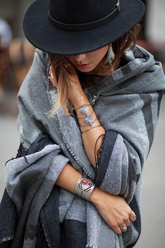 Tartan gris, chapeau noir, bijoux ethniques