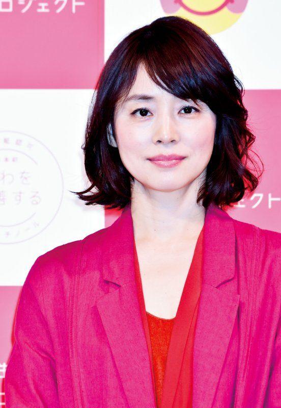 ショッキングピンクのジャケットを着ている石田ゆり子