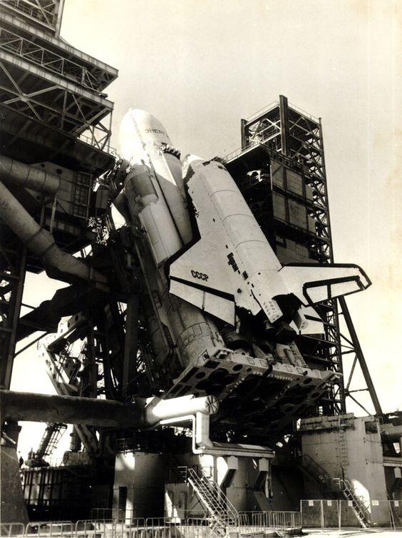 Buran, la navette spatiale Russe - La navette spatiale Buran était la réponse de la Russie soviétique au programme spatial américain. Elle a réalisée un seul vol, inhabité, dans l'espace en 1988 et bien que ce fut un succès le programme a été interrompu en 1993 après l'éclatement de l'URSS. En 2002 l'effondrement du toit du hangar où un des trois exemplaires qui ont été construits était stocké au Kazakhstan l'a complètement détruite.
