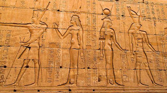 Monumentalbauten als Siegel des Untergangs-Dieses System der Macht überlebte insgesamt fast 3.000 Jahre - eine unvorstellbar lange Zeit für ein Imperium, das nur sehr langsam zu altern schien. Am Ende war es aber genau dieser Überalterungsprozess, der Ägyptens Macht vergehen ließ. Die Monumentalbauten verschlangen Unmengen an Arbeitskräften, Rohstoffen und Geld. Kein Pharao wagte es, dieses System zu reformieren - zu groß war die Ehrfurcht vor der alten Tradition. Als die Römer Ägypten…