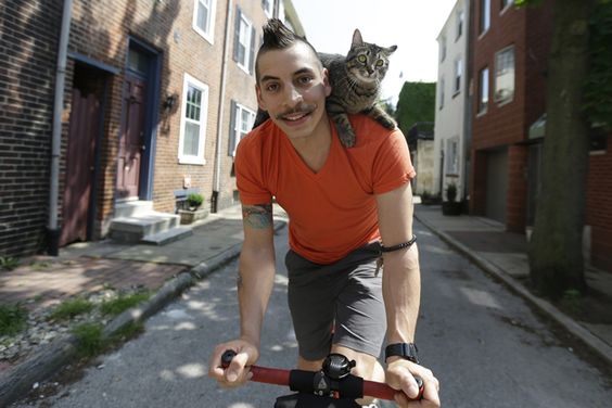 Rudi Saldía and Mary Jane, his cat, ride on a bike together and everywhere....Awwww <3