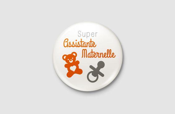 """Badge Métier - """" Super Assistante Maternelle """" Pour 1.95€. Vous avez, grâce aux badges métiers plein de possibilités : - Vous pouvez tout d'abord l'offrir à votre professionnel préféré. Il sera le plus heureux. Témoignez votre satisfaction avec cette attention. - Vous pouvez également l'offrir à vous-même pour montrer à tout le monde que vous assurez dans votre domaine ! ;-) -Vous pouvez l'offrir à vos collègues pour leur faire plaisir !"""