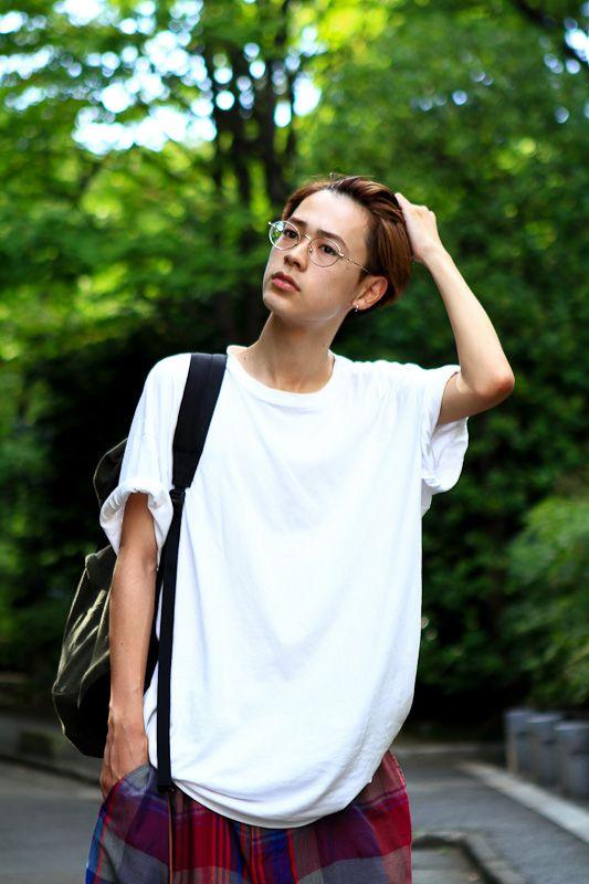 髪をかき上げる成田凌
