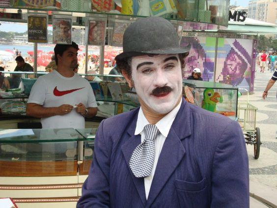 """Rio de Janeiro  Charlie Chaplin cover   Reparem como o """"louro José"""" saiu em cima do ombro dele,literalmente como chamamos tradicionalmente de papagaio de pirata !!    photo by Eiran Kreimer"""
