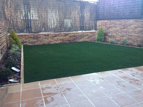 Jardin con cesped artificial jardineras con vigas de for Vigas de madera para jardin
