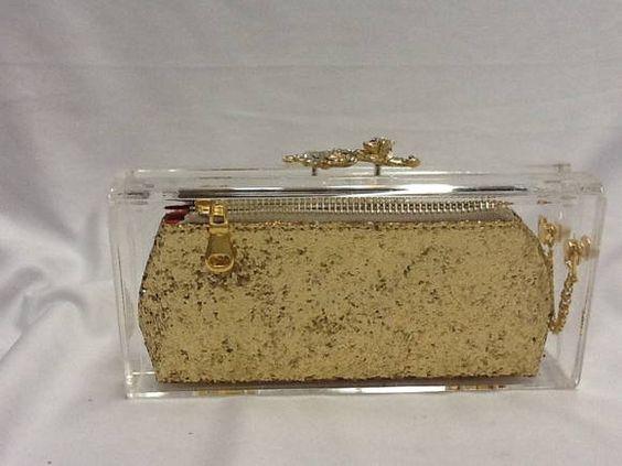 Clutch acrilica transparente com bolsinha interna em gliter dourado com ziper de metal, pingente dourado,corrente na lateral da clutch,forro em cetim,gato dourado cravejado de cristais . Nossos produtos são feitos artesanalmente. R$ 229,00