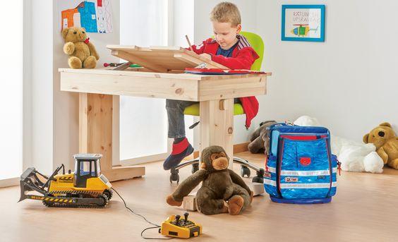 Coole Sache: Der höhenverstellbare Schreibtisch wächst mit dem Kind mit. Und da man ihn selbst bauen kann, halten sich die Kosten im Rahmen.