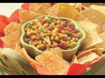 Dieser Dip ist teils Salsa und teils Guacamole – beides zusammen ergibt eine leckere Kombination, die dank fertiger Salsa und mexikanischem Gemüsemix aus der Dose im Nu zubereitet ist.
