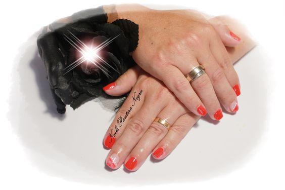 Unhas em gel cor vermelho com nail art feito á mão!