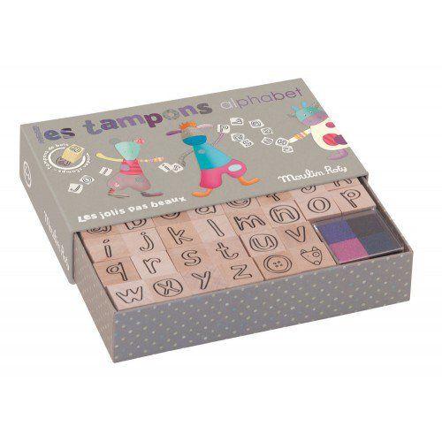 Set de tampons alphabet dans leur jolie petite boîte illustrée aux couleurs joyeuses de la collection les Jolis pas Beaux, il aidera les enfants à écrire des mots tout en s'amusant ! #setdetamponsalphabetjolispasbeaux #setdetampons #loisircréatif #jolispasbeaux