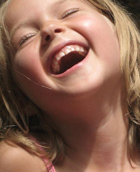 Ha ha ha ha ha Mas eu tô rindo à toa Não que a vida Esteja assim tão boa Mas um sorriso ajuda a melhorar.  Fala Mansa