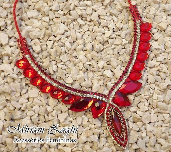Maxi Colar com pedras espelhadas vermelhas. R$ 82,00